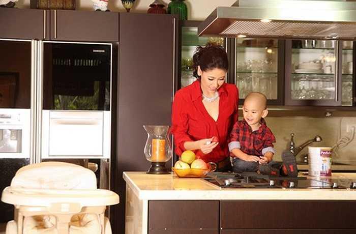 Hà Kiều Anh cho biết cô thường xuyên vào bếp để nấu ăn cho gia đình và làm nước ép trái cây cho cậu con trai nhỏ là bé Kamen.