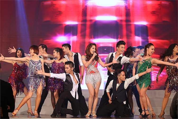 Cùng ngắm thêm vẻ nóng bỏng của Khánh Thi trong những bước nhảy latin: