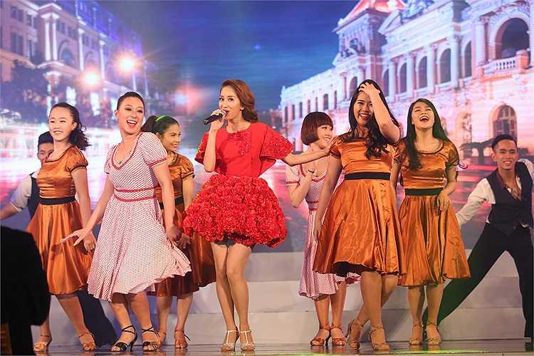 Sau đó, 'Nữ hoàng dancesport' thay một chiếc váy đỏ cầu kỳ.