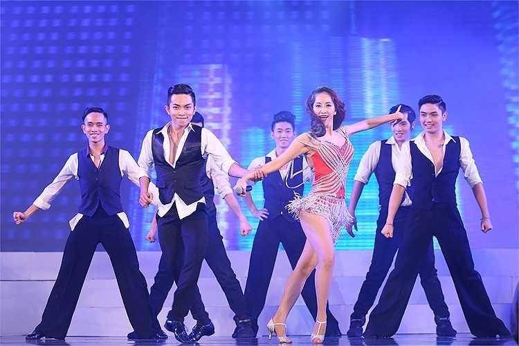 Kiện tướng khiêu vũ khéo léo kết hợp với bạn nhảy Phan Hiển trong những bước nhảy latin nóng bỏng.