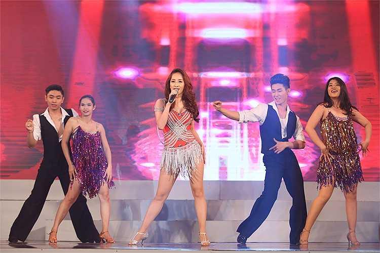 Khán giả dành những tràng pháo tay không ngớt cho Khánh Thi.