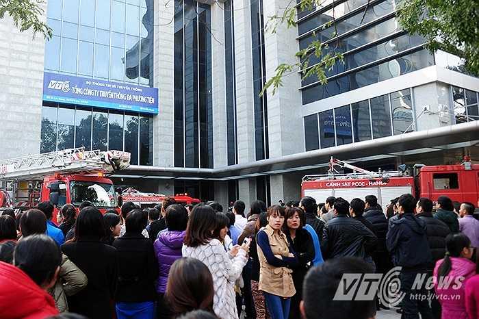 Tại buổi diễn tập, các CBNV của các tòa nhà đã được hướng dẫn và thực hành các kỹ năng phòng cháy chữa cháy: phát hiện và cô lập đám cháy, sử dụng vòi rồng, sử dụng các bình chữa cháy tại chỗ, cũng như các phương án cứu nạn, cứu hộ khi xảy ra sự cố. (Ảnh: Việt Linh)