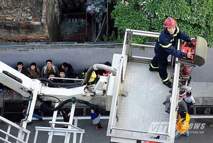 Triển khai xe thang để cứu người bị kẹt trong đám cháy.