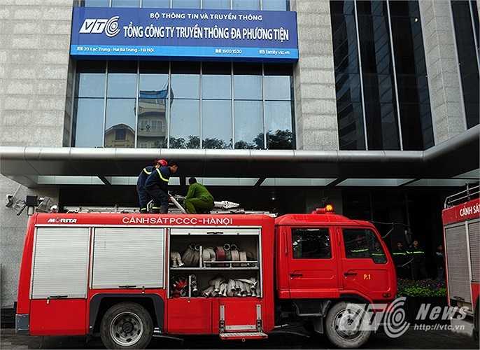 Dưới mặt đất, lực lượng PC&CC huy động 2 xe chữa cháy tới hiện trường.