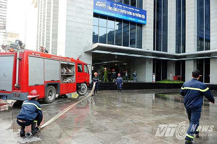 Nhiều vòi chữa cháy nhanh chóng được triển khai.