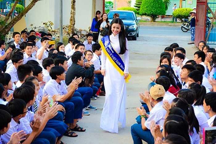 Sáng 15/12 tại TP Vĩnh Long, Á hậu Diễm Trang xuất hiện tại buổi chào cờ đầu tuần của trường THPT chuyên Nguyễn Bỉnh Khiêm.