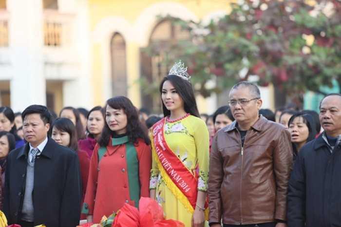 Có mặt tại trường THPT chuyên Lê Hồng Phong (Nam Định), Nguyễn Cao Kỳ Duyên được đông đảo các thầy cô và các em học sinh chào đón nồng nhiệt.