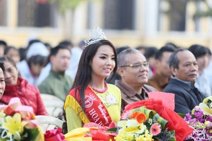 Tân Hoa hậu Việt Nam 2014 rạng rỡ trong tà áo dài truyền thống.