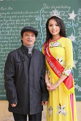 Tân Hoa hậu chụp ảnh lưu niệm cùng các thầy cô giáo cũ, những người đã dìu dắt cô trong suốt khoảng thời gian cấp 3.
