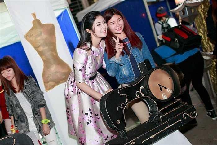 Người đẹp vui vẻ tạo dáng chụp hình với những bạn trẻ tham dự hội trại.