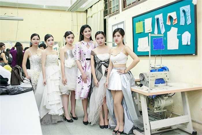 Bộ trang phục ấn tượng do chính Hoa hậu Ngọc Hân thiết kế.