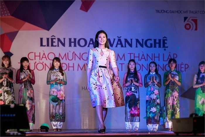 Trong những sáng tạo này, Hoa hậu Việt Nam 2010 sử dụng hình ảnh về Hà Nội và hoa sen .