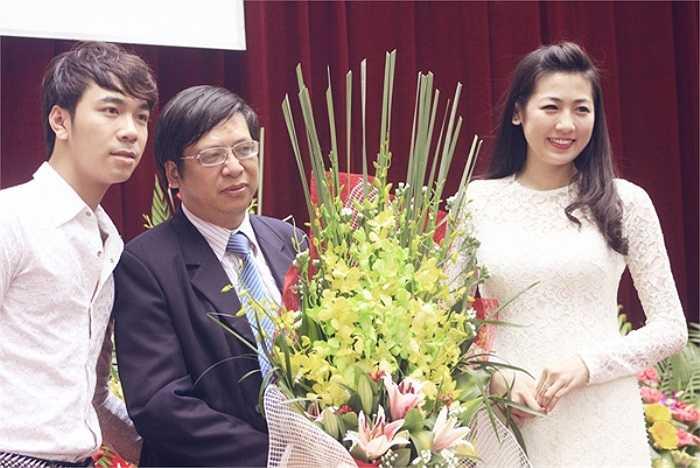 Á hậu Dương Tú Anh gửi bó hoa tới ban giám hiệu và các thầy cô giáo của trường