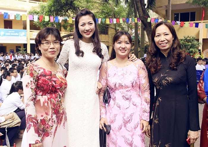 Diện chiếc áo dài ren trắng, gương mặt trang điểm nhẹ, Á hậu thu hút sự chú ý của hàng trăm học sinh.