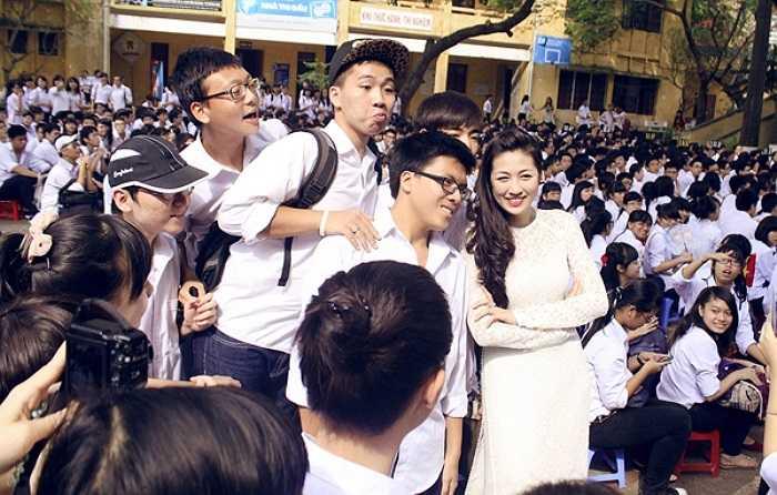Trước khi tạm biệt ngôi trường cũ, Dương Tú Anh còn nhí nhảnh chụp ảnh với các cô cậu học trò.