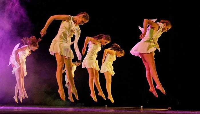Nghệ sĩ biểu diễn trong nhà hát, 40,000 USD. Nghệ thuật sân khấu không còn là sự giải trí không thể thay thế như thời gian trước nên rõ ràng mức lương dành cho người nghệ sĩ không cao như trước.