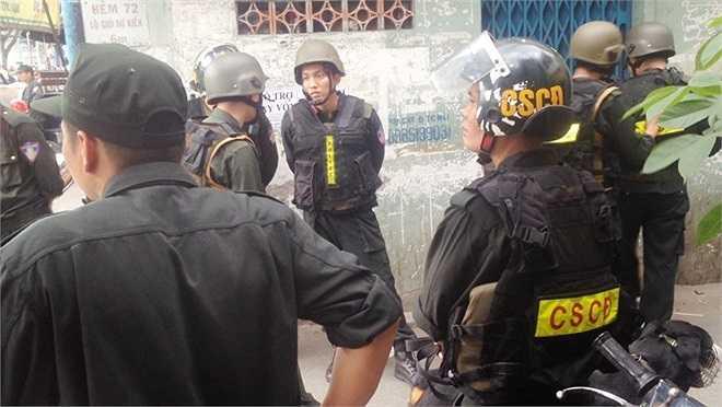Theo người dân, cảnh sát khám 2 căn nhà của một người đàn ông tên H. - nghi là trùm buôn bán ma túy lớn tại Sài Gòn.