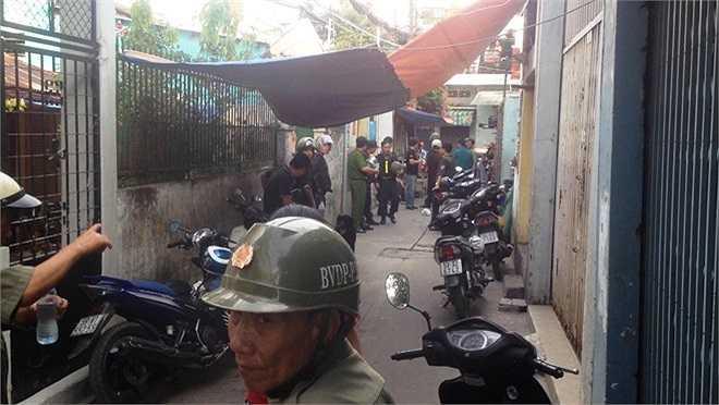 Ngoài cảnh sát cơ động, giao thông thì lực lượng dân phòng, bảo vệ dân phố cũng tham gia giữ trật tự khu vực.