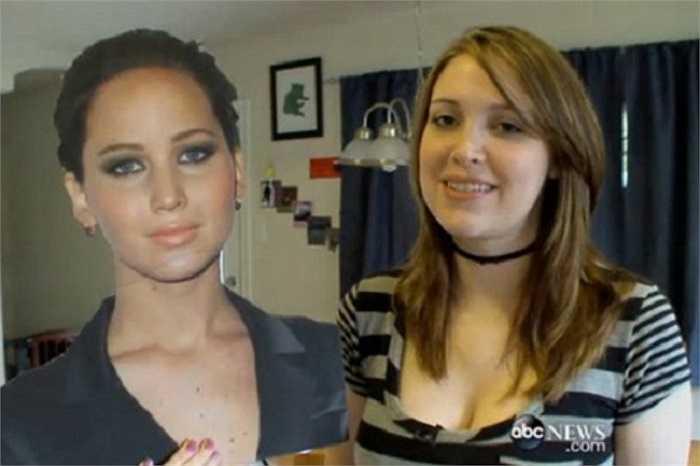 Để có gương mặt xinh đẹp, cuốn hút như nữ diễn viên 9x Jennifer Lawrence (bên trái), Kitty (bên phải) đến từ Houston, Texas đã bỏ ra 25.000 USD để dao kéo lại gương mặt, chỉnh sửa gò má, vòng ba... Kitty cho biết, cô đã trải qua 6 ca chỉnh sửa nhan sắc để có được ngoại hình như Jennifer.