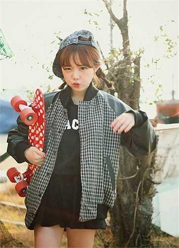 Sự đáng yêu, nhí nhảnh cùng những biểu cảm vô cùng cute của Hong Gi trong những bức hình khiến cô nàng trở thành biểu tượng thời trang.