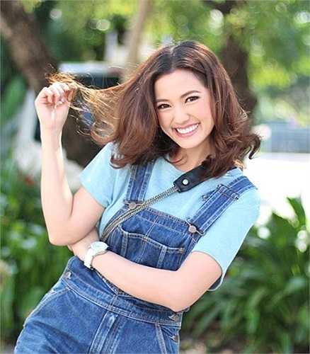 Tên tuổi của cô hot girl với nụ cười tỏa nắng này càng lên như diều nhờ tham gia nhiều dự án phim, quảng cáo được giới trẻ Thái Lan yêu thích.