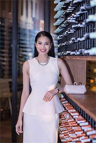 Á hậu Phạm Hương xuất hiện tại bữa tiệc mừng giáng sinh và năm mới của NSND Thành Lộc và cựu người mẫu Thuý Hạnh với vẻ đẹp nền nã, dịu ngọt trong chiếc đầm Dior màu hồng nhạt cùng phụ kiện cầm tay cùng thương hiệu.