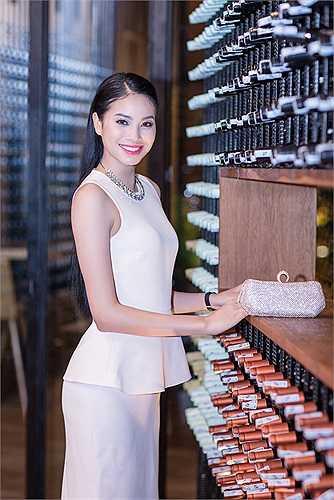 Luôn trung thành với phong cách thời trang khá 'kín cổng cao tường', thanh lịch, nền nã, mỗi khi xuất hiện Phạm Hương đều khiến người đối diện ấn tượng với vẻ nhẹ nhàng, đơn giản nhưng sang trọng.
