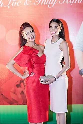 Á hậu Phạm Hương rạng rỡ bên cựu người mẫu Thúy Hạnh.