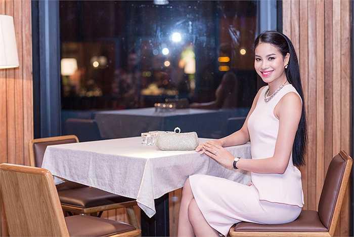 Phạm Hương chia sẻ, cô không thuộc tuýp thích khoe sự gợi cảm, bởi cô luôn tin, sức hấp dẫn của một phụ nữ không chỉ ở ngoại hình mà còn được tạo nên từ thần thái và vẻ đẹp nội tâm ẩn sâu sau ánh mắt, nụ cười.