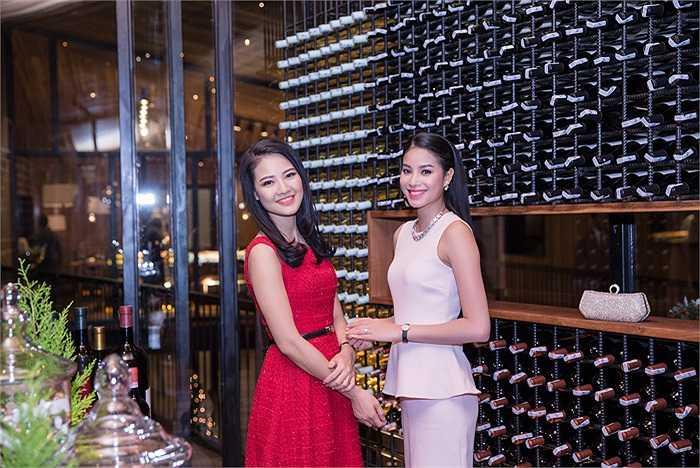 Cùng sự kín đáo, nhẹ nhàng ấy là Hoa hậu Trần Thị Quỳnh. Cũng khá lâu sau khi tập trung vào công việc kinh doanh, Trần Thị Quỳnh mới xuất hiện tại event.