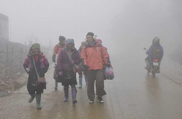 Khách du lịch tản bộ ngắm phong cảnh Thị trấn Sapa ẩn hiện trong sương. (Ảnh: Cổng TT điện tử Sapa). Trong khi đó theo Zing, tại khu vực núi Fansipan (Lào Cai), băng giá phủ dày đặc do nhiệt độ xuống âm 1 độ C.