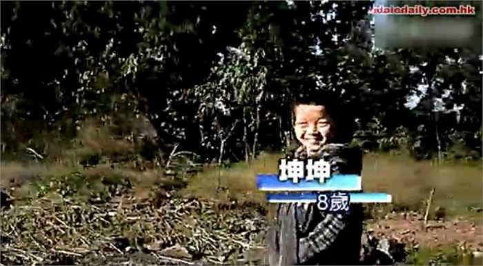 Hình ảnh cậu bé 8 tuổi nhiễm HIV bị cả làng xa lánh, hắt hủi và đòi trục xuất ra khỏi làng.