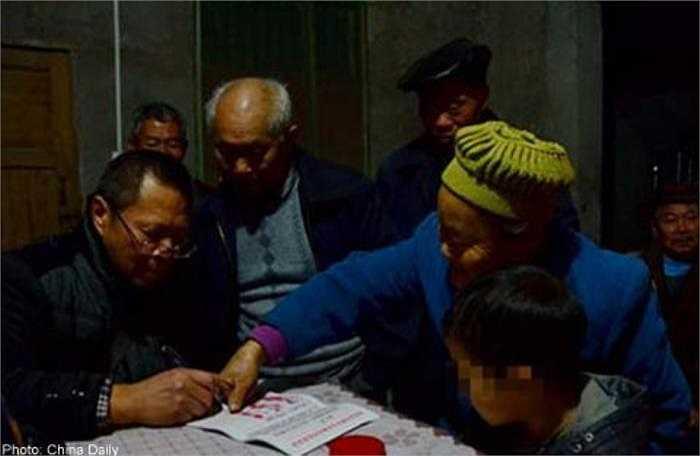 Đỉnh điểm của sự việc xuất hiện khi vào đầu tháng 12 vừa qua, đã có hơn 200 người dân trong làng điểm chỉ vào đơn đồng ý đuổi cậu bé ra khỏi làng. Đáng nói hơn, trong số đó có cả ông ngoại của Kun Kun.