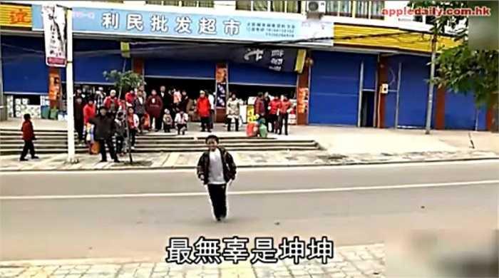 Hiện nay, tình trạng kỳ thị người nhiễm HIV vẫn diễn ra phổ biến ở Trung Quốc, thậm chí có nhiều nơi mà bác sĩ và y tá từ chối tiếp xúc với các bệnh nhân nhiễm HIV.