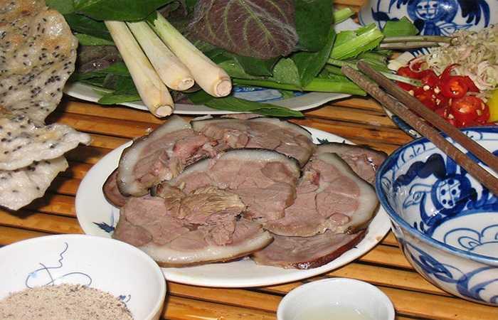 Thịt chó có chứa nhiều protein, còn trong lá trà có nhiều axit tannic. Nếu như sau khi ăn thịt chó mà uống ngay trà thì axit tannnic trong lá trà kết hợp với protein trong thịt chó tạo thành một chất có tên tannalbin có thể sinh ra táo bón. Các chất độc và chất gây ra ung thư sẽ nằm lâu trong ruột, cơ thể phải hấp thu, gây nguy hại cho sức khỏe.