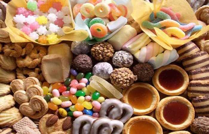 Bánh kẹo và trái cây, khi ăn cùng chất đạm (thịt, trứng) sẽ làm chậm quá trình tiêu hóa và gây đau dạ dày. Bạn không nên ăn bánh ngọt vào cuối bữa ăn mà nên ăn riêng như một loại thức ăn nhẹ.