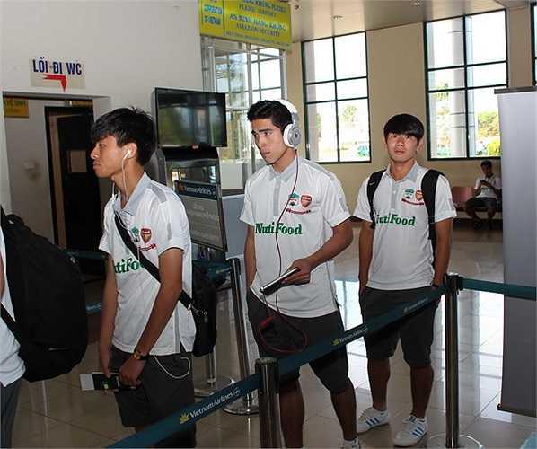 Tiền vệ Phan Thanh Hậu (đi đầu) cùng Minh Vương (sau cùng). (Ảnh: Minh Trần)