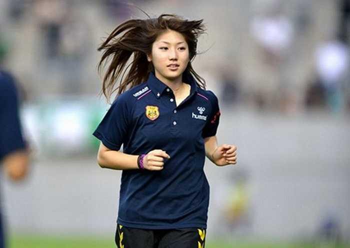 Được tìm kiếm nhiều thứ 5 là tên nữ cầu thủ xinh đẹp người Nhật Bản Ayu Nakada. Ayu Nakada được tìm kiếm nhiều nhờ vẻ đẹp chứ không hẳn bởi chuyên môn vì cô chỉ dự bị ở ĐT Nhật Bản thi đấu Asian Cup 2014 tại Việt Nam.
