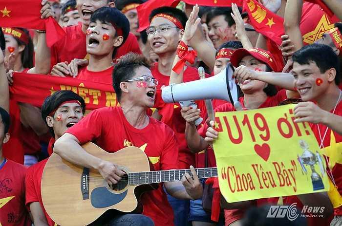 Rõ ràng 2014 là năm của U19 Việt Nam khi họ liên tục thử sức ở các giải đấu. Và đi tới đâu, đội bóng được dẫn đắt bởi thầy Giôm tạo cơn sốt đến đó.