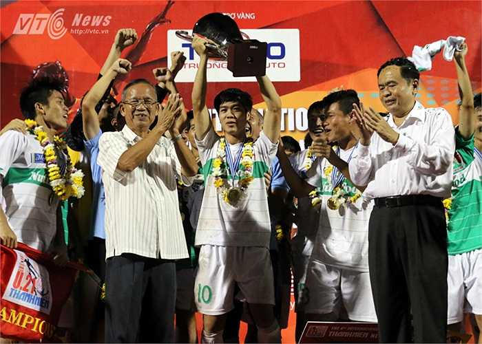 Chưa dừng lại, dù thất bại ở vòng chung kết U19 châu Á nhưng khi trở về Cần Thơ khoác áo U19 HAGL-Arsenal JMG đá giải U21 Quốc tế, Công Phượng cùng đồng đội có được chức vô địch đầu tiên sau nhiều lần là 'vua về nhì'.