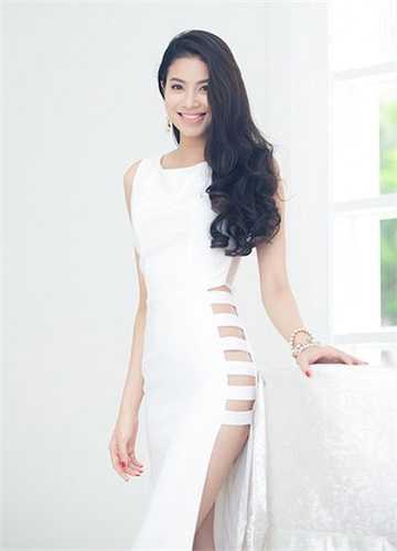 Phạm Hương luôn chỉn chu từ đầu tóc, trang điểm đến cách chọn trang phục. Cô ứng dụng kiểu mốt đầy tạo bạo một cách khéo léo và nhận được lời khen từ phía tín đồ thời trang.