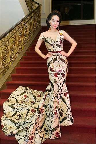 Sở hữu một tỉ lệ cơ thể cân đối, cô nàng 'Đông Dương' trong phim 'Vừa đi vừa khóc' cũng dễ dàng chinh phục nhiều phong cách, lúc kiêu sa, gợi cảm với váy đuôi cá, ôm sát, khi lại hóa nàng tiểu thư váy xòe ngọt ngào.