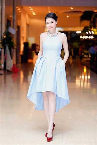 Cô quyến rũ với chiếc váy quây màu xanh da trời.