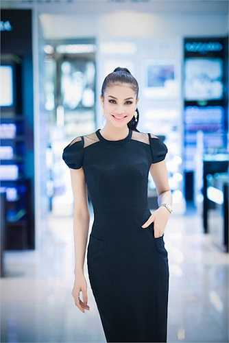 Top 10 Hoa hậu Việt Nam 2014 đặc biệt yêu thích những thiết kế ôm sát, tôn vinh đường cong cơ thể. Bên cạnh đó, Phạm Hương cũng luôn tỏ ra khéo léo, tính tế khi ứng dụng kiểu mốt có thiết kế quá gợi cảm.