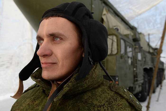 Người lính tên lửa chiến lược Nga đứng gần tên lửa RS-24 Yars