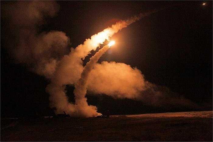 Hệ thống tên lửa phòng không S-400 khai hỏa trong đêm