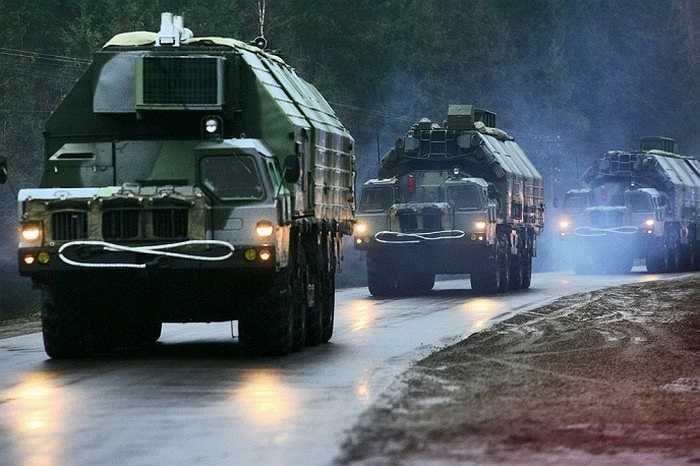 Hệ thống tên lửa phòng không S-300 trên đường di chuyển
