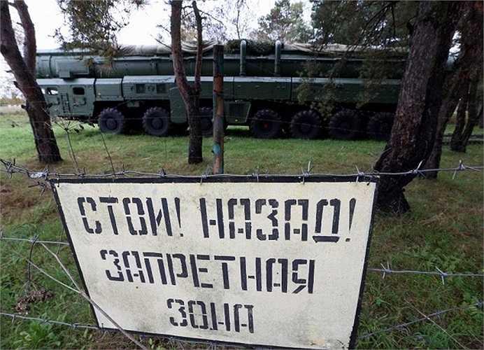 Hệ thống tên lửa RT-2PM Topol đứng trong rừng