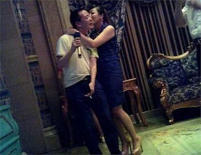 Theo phó Bí thư đảng ủy và Bí thư Ủy ban kỷ luật Cục quản lý nhà đất Tấn An, người đàn ông trong những bức ảnh thác loạn là ông Lâm Tông Duy