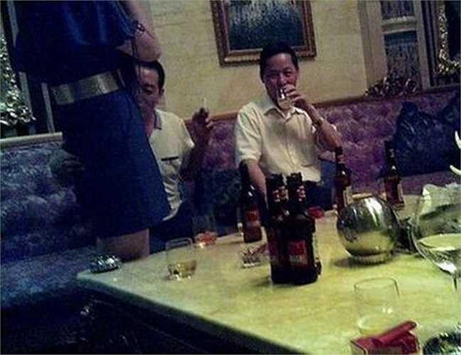 Nhiều bức ảnh cho thấy ông Lâm đang 'mây mưa' trong một câu lạc bộ đêm